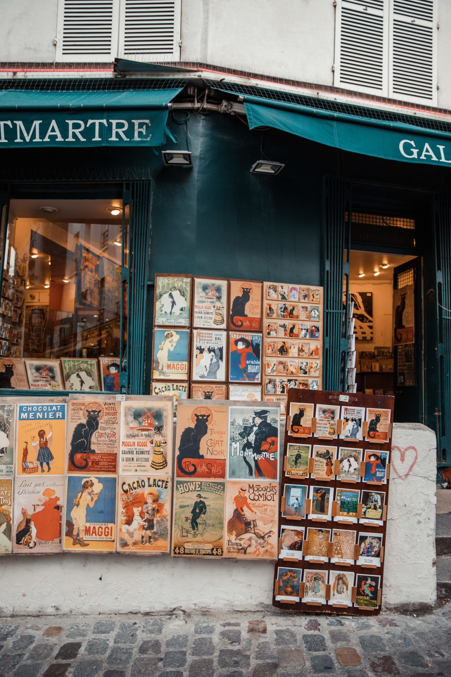 Blogger's travel guide to Paris | Top things to do and see in Paris France | Paris Photography Inspiration | Dana Berez Travel Guide Montmartre Paris Photogprahy